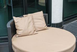 schöne luxuriöse Außenterrasse mit Kissen auf dem Sofa foto