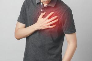 Mann hat Brustschmerzen und leidet an Herzkrankheiten, Herz-Kreislauf-Erkrankungen foto