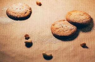 runde Kekse auf Backpapierhintergrund, mit Nüssen und Mehl foto