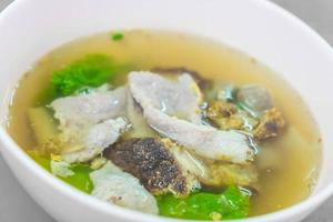 Schweinefleisch mit Gemüse in Suppe foto