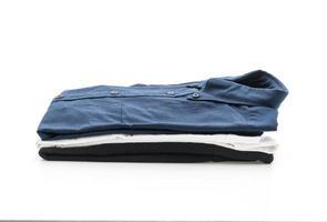 dunkelblaues Hemd auf weißem Hintergrund foto