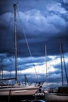 Segelyachtboote und die Wolken foto