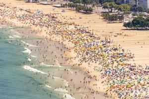 copacabana strand voll an einem typischen sonnigen sonntag in rio de janeiro. foto