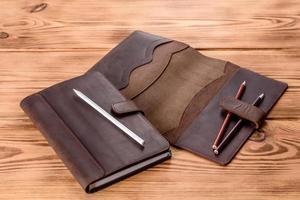 schönes braunes Lederetui aus Leder für ein Notebook foto