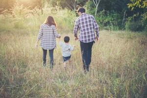 glückliche junge Familie, die draußen Zeit zusammen verbringt. Familienliebe Konzept foto