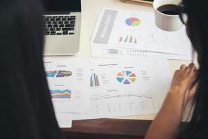 Geschäftsmann und Frau diskutieren über Börsen-Charts im Amt. foto