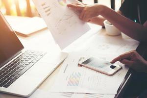 Geschäftsleute bei der Arbeit an Börsencharts im Amt. treffen. foto