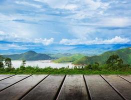 Holzdielenboden mit Bergblick-Schönheits-Natur-Hintergrund foto