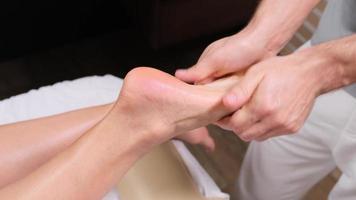Frau erhält eine Fußmassage foto