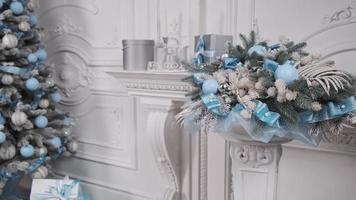 blaue und silberne Weihnachtsdekorationen foto