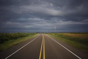 leere Autobahn an einem bewölkten Tag foto