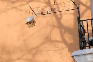 Vogelhaus aus Holz für kleine überwinternde Vögel im kalten Winter im Freien foto