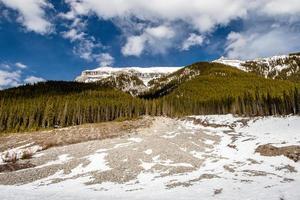 Berge aus dem Auto. Spray Valley Provinzpark. alberta, kanada foto