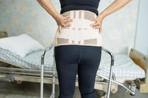 Patient trägt Rückenschmerzen-Stützgurt für orthopädische Lendenwirbelsäule foto