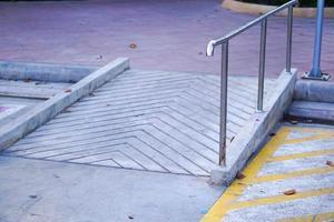 Rampe für behinderte alte Menschen im Rollstuhl foto