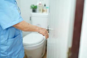 asiatische ältere Patientin offene Toilette im Krankenhaus. foto