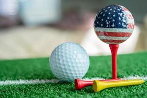 Golfkugel-Weltball mit USA-Flagge auf grünem Rasen foto