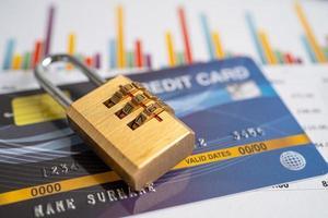 Kreditkarte mit Passwort-Tastensperre isoliert auf weißem Hintergrund. foto