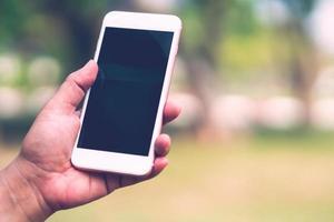 Smartphone halten und benutzen foto