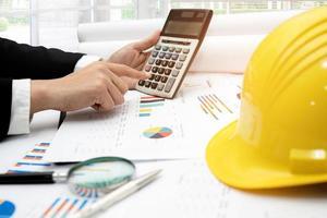 Architekt oder Ingenieur, der Projektabrechnung mit Diagramm arbeitet foto