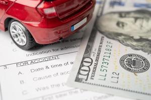 Krankenversicherungs-Unfall-Antragsformular mit US-Dollar-Banknoten foto
