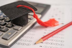 Abschlusslücke Hut und Bleistift auf Antwortbogen foto
