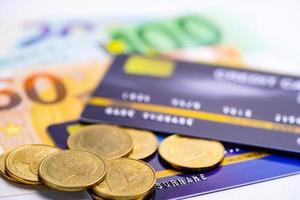 Kreditkarte und Münze auf EU-Banknote foto