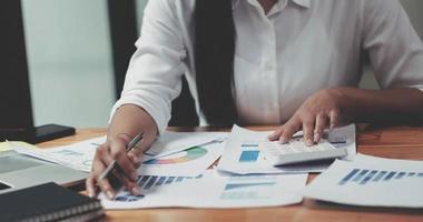 Geschäftsfrau, die im Finanz- und Rechnungswesen arbeitet, analysieren Finanzen foto