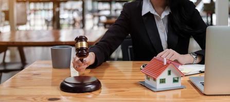 Hammer auf klingendem Block in der Hand der Richterin in einem Gerichtssaal foto