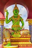 Grüne Gottstatuen und Architektur im Wat Plai Laem Tempel, auf der Insel Koh Samui, thailand foto