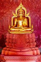 goldener buddha im wat sila ngu, dem roten tempel, auf koh samui, thailand foto