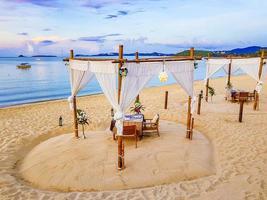 romantisches privates abendessen in den flitterwochen am strand von koh samui, thailand, 2018 foto