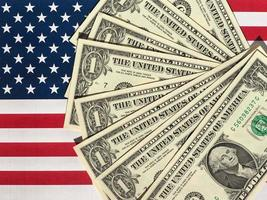 Dollarnoten und Flagge der Vereinigten Staaten foto