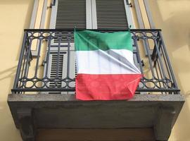 italienische flagge auf balkon foto