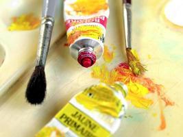 Pinsel, Farbe und Palette foto