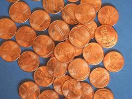 Ein-Cent-Dollar-Münzen, Vereinigte Staaten über Blau foto