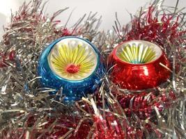 Weihnachtskugel und Lametta foto