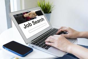 arbeitslose Frau, die Computer benutzt, um im Internet nach Arbeit zu suchen foto