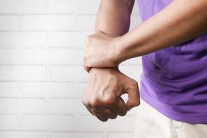 Mann leidet Schmerzen in der Hand Nahaufnahme foto