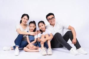 Porträt der asiatischen Familie auf weißem Hintergrund foto