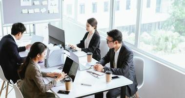Menschen konzentrieren sich auf die Arbeit im Büro foto