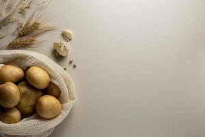 Draufsichtkartoffeln Knoblauch mit Kopienraum foto