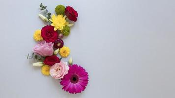 flach hinlegen wunderschöne Blumenkomposition foto
