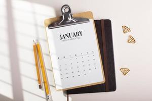 Schreibtischanordnung mit Kalender-Draufsicht foto