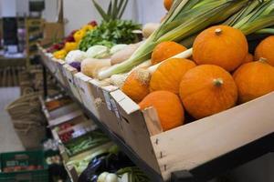 das Gemüsearrangement auf dem Markt foto