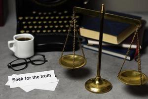 Wahrheitskonzept Komposition Detektivtisch foto