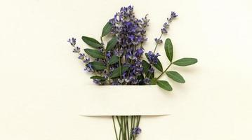 flach legen schöner Lavendelstrauß foto
