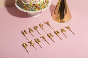 der leckere Kuchen mit Kerze foto