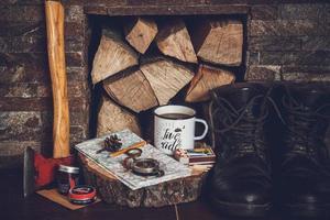Kompass und Schlüssel auf altem Kartenhintergrund der Weinlese foto