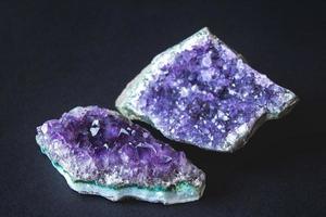 Amethyststein Drusenkristalle auf schwarzem Hintergrund foto